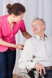 Behinderte Unterhaltung mit einer Krankenschwester Stockbilder