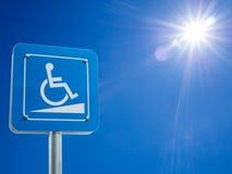 Behindertenparkplatz- und Rollstuhlweisenzeichen und -symbole auf warnenden Kraftfahrern eines Pfostens Stockbild