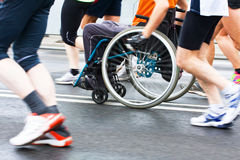 Behinderter Athlet in einem Sportrollstuhl Stockfotografie