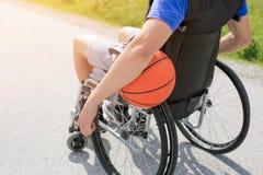 Behinderter Basketball-Spieler auf Rollstuhl stockfotografie