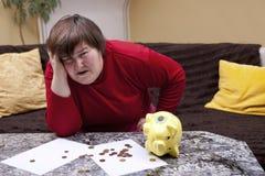 Blick der untauglichen Frau hoffnungslos vor ihren Rechnungen Stockfoto