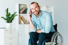Behinderter Geschäftsmann, der am Telefon spricht lizenzfreie stockfotos