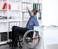 Behinderter Geschäftsmann im Rollstuhl Stockfotografie