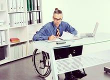 Behinderter Geschäftsmann im Rollstuhl Lizenzfreies Stockfoto