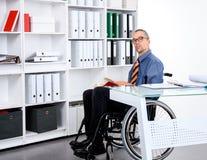 Behinderter Geschäftsmann im Rollstuhl Stockfoto