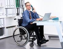 Behinderter Geschäftsmann im Rollstuhl Stockbilder
