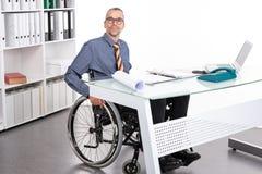 Behinderter Geschäftsmann im Rollstuhl Lizenzfreies Stockbild