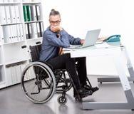 Behinderter Geschäftsmann im Rollstuhl ist sorroful Stockfotografie