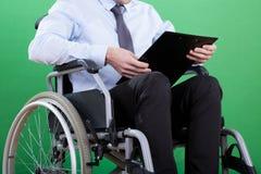 Behinderter Geschäftsmann mit Dokumenten lizenzfreies stockfoto
