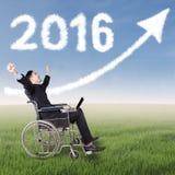 Behinderter Geschäftsmann mit Nr. 2016 und Pfeil Lizenzfreie Stockfotos