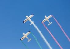 Behinderter Italiener steuert aerobatic Team Wefly-Formen die Farben der italienischen Flagge Lizenzfreies Stockbild