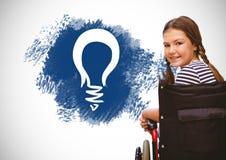 Behinderter Junge im Rollstuhl mit Grafiken des Ideentextes und der Glühlampe Stockfotos