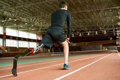 Behinderter Läufer auf Anfang zurück sehen an lizenzfreies stockbild