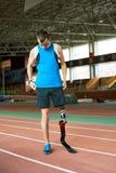 Behinderter Läufer auf Bahn im Stadion stockbild