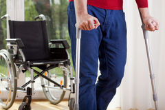Behinderter Mann auf Krücken Stockfotos