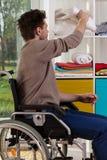 Behinderter Mann, der heraus für Decke erreicht Stockbilder