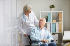 Behinderter Mann in der Klinik lizenzfreie stockbilder