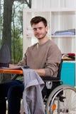 Behinderter Mann mit Bügelbrett Lizenzfreie Stockfotos
