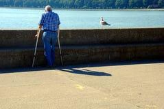 Behinderter Mann und ein Vogel Lizenzfreies Stockbild