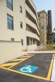 Behinderter Parkplatz im Neubau Stockbild