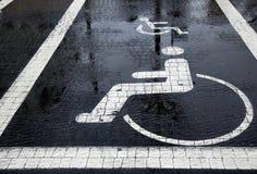 Behinderter Parkplatz am Winter Stockfoto