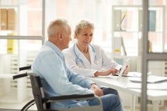 Behinderter Patient an der Überprüfung lizenzfreie stockbilder