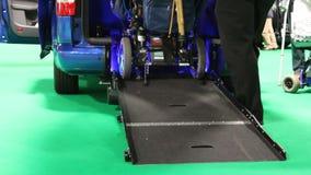 Behinderter Roller, der in Packwagen kommt stock footage