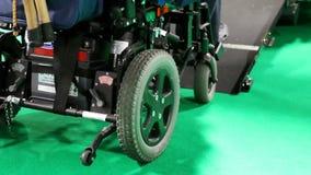 Behinderter Roller, der weg das Auto erreicht stock video footage