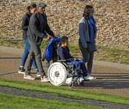 Behinderter Rollstuhlfahrer am Strand lizenzfreies stockfoto