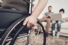 Behinderter Soldat In ein Rollstuhl Gelähmte Frau lizenzfreie stockbilder