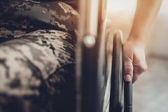 Behinderter Soldat In ein Rollstuhl Gelähmte Frau stockfotos