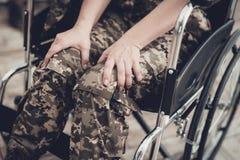 Behinderter Soldat In ein Rollstuhl Gelähmte Frau lizenzfreie stockfotos