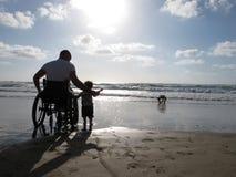 Behinderter Vati mit Kind Stockfoto