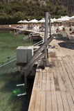 Behinderterpoolaufzug trifft sich installiert, indem er See schwimmt, um Leute in Wasserfoto zu senken Lizenzfreies Stockbild