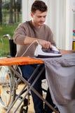 Behindertes Mannbügeln Lizenzfreie Stockbilder
