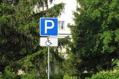 Behindertes parkendes Verkehrsschild in der Stadt lizenzfreie stockfotos