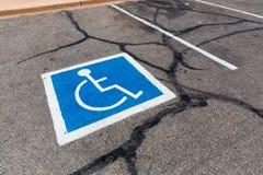 Behindertes Symbol auf einer Parklücke Stockfoto