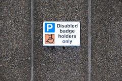 Behindertes Zeichen der Ausweisinhaber nur am Parkplatz lizenzfreie stockfotos