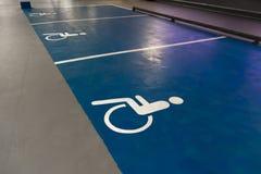 Behindertes Zeichen - freier freier Parkplatzraum in einem Einkaufszentrenmulti Geschichten-Parkplatz lizenzfreie stockfotos
