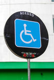 Behindertes Zugangszeichen an den Gewehren und Rosen stellen dar Stockfoto