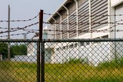 Behine viejo de la fábrica la cerca del metal Fotos de archivo libres de regalías