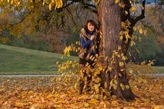 behing przyglądający wzorcowy drzewo Obraz Stock