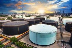Behållare för olje- lagring i petrokemisk raffinaderibranschväxt i husdjur Fotografering för Bildbyråer