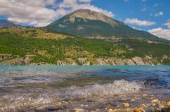 Behållare Gummilacka de Serre-Ponson FlodDurance Sydost av Frankrike Hautes-Alpes provence Arkivbilder