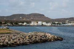 Behållare längs kust utöver skyddsmur mot havet Arkivbilder