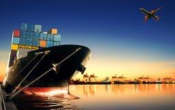 Behållareskepp i importen, exportport mot härlig morgon l Royaltyfri Fotografi