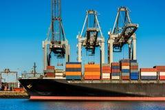 Behållareskepp som laddas i den Rotterdam hamnen Royaltyfri Foto