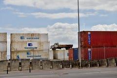 Behållareterminal i porten av Lissabon Arkivfoto