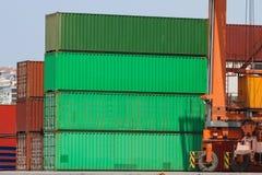 Behälter in einem Hafen Lizenzfreie Stockbilder