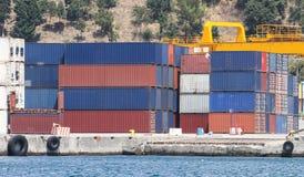 Behälter in einem Hafen Lizenzfreie Stockfotografie